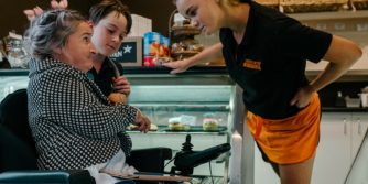 Lisa passe une commande dans une boulangerie avec Proloquo4Text sur son Apple Watch