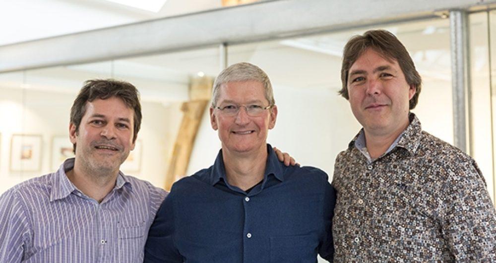 Tim Cook pose pour une photo avec David et Martijn