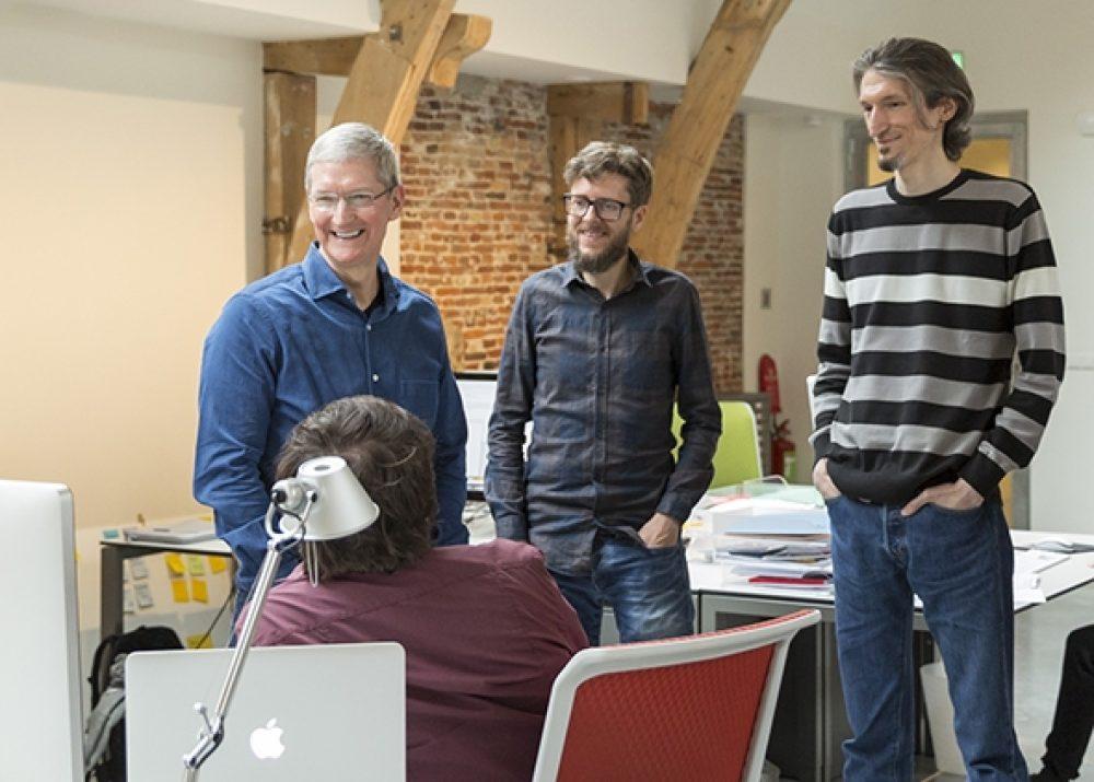 Tim Cook discute avec le personnel d'Assistiveware