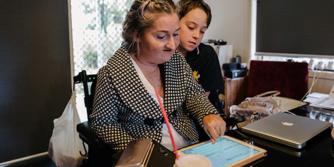 Vrouw praat met zoon op iPad.