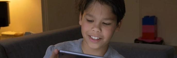 Thijs luistert naar zijn eigen stem op de iPad