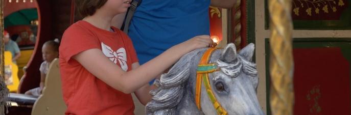 Ella, wit meisje van 11 jaar oud op een caroussel